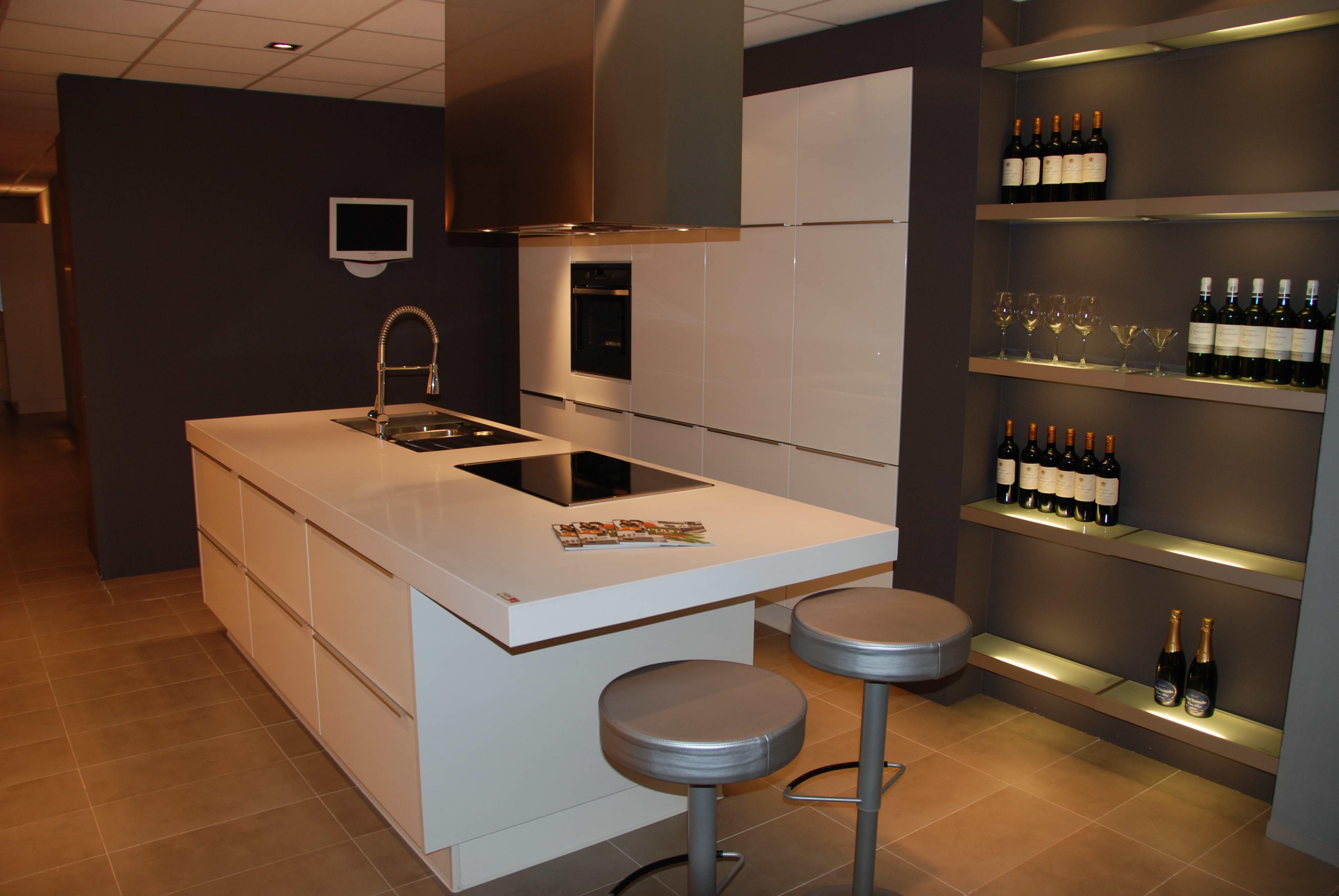 Plan travail cuisine quartz cuisine blanche sans poigne for Plan de travail cuisine quartz prix